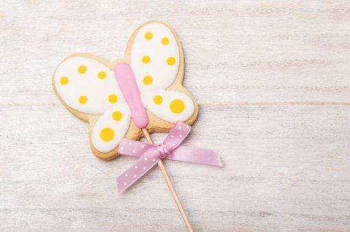 galleta con forma de mariposa con palo